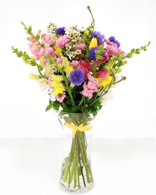 Rõõmus segakimp hooajalistest lilledest