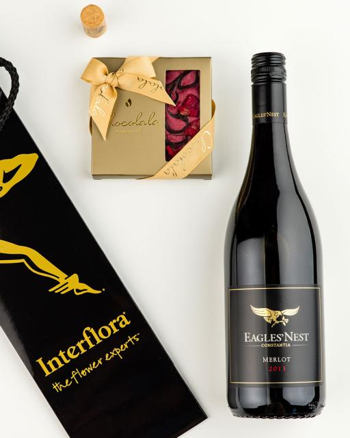 Gift bag with Eagle´s Nest red wine and dark chocolate raspberry bar