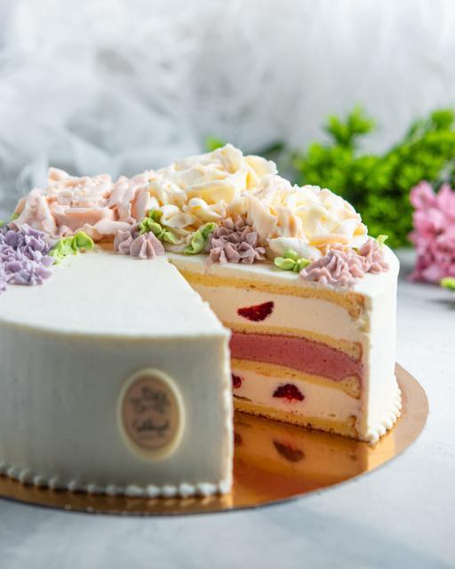 Vaarikavahu-kohupiimakreemi-jogurtibiskviidi tort