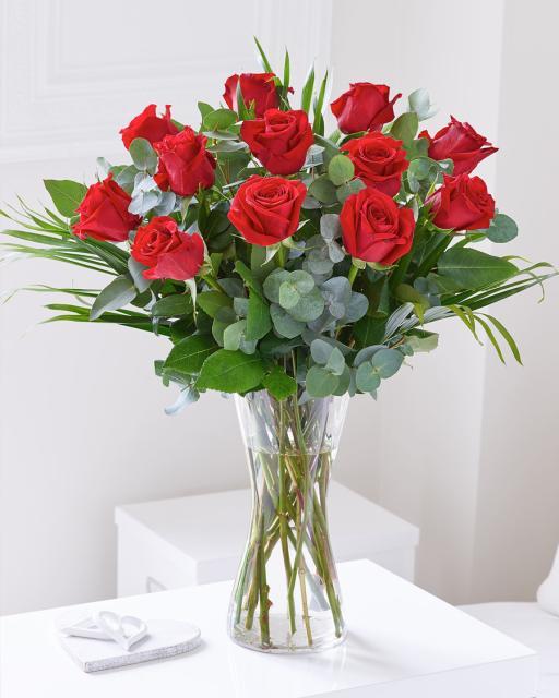 Kimp 12 punase roosiga