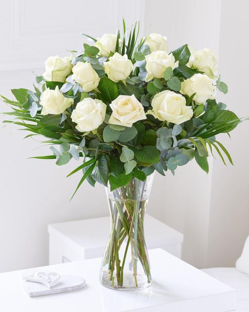 Kimp 12 valge roosiga