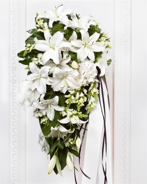 Matuseseade lindiga valgete lilledega